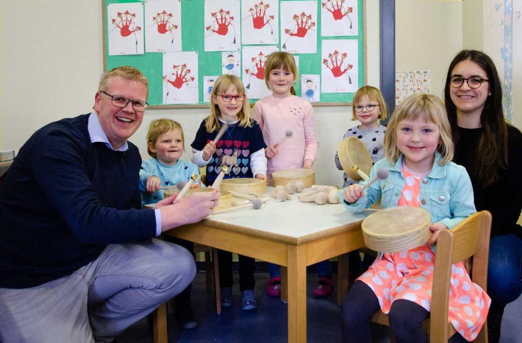 Musikverein Herste übergibt Instrumente an den Kindergarten Herste